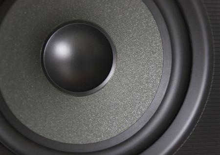 Le haut-parleur de grave-médium de la Q Acoustics 2050i