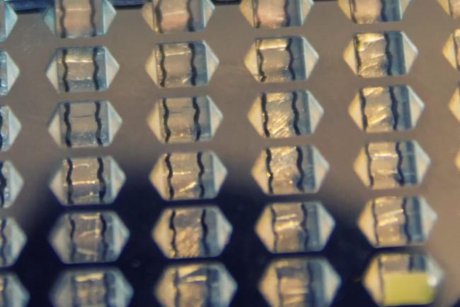 Le film en Mylar est parcouru de nombreux électrodes