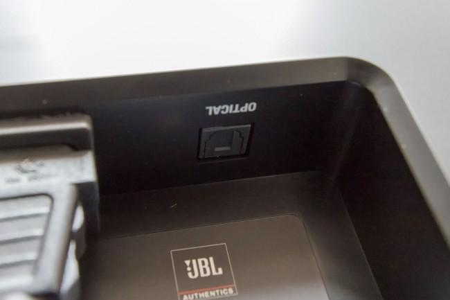 L'entrée numérique S/PDIF optique est située sous l'enceinte, près de la prise d'alimentation