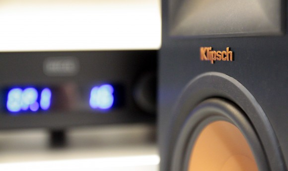 L'enceinte Klipsch RP-160M et notre ampli de test Hegel H80.
