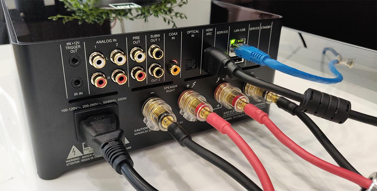 La connectique du NAD M10 est très complète et permet d'y relier des sources numériques et analogiques, y compris une TV via la prise HDMI ARC.