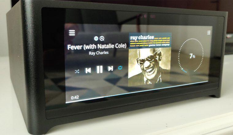 L'ampli connecté NAD M10 possède un grand écran tactile en façade.